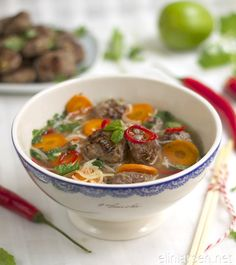 Oksesuppe med risnudler Asian Soup, Thai Red Curry, Ramen, Oatmeal, Favorite Recipes, Beef, Breakfast, Ethnic Recipes, Desserts
