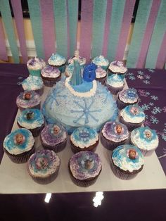 Easy Frozen cake and cupcakes Frozen Birthday Party, Frozen Party, Birthday Parties, Birthday Ideas, 5th Birthday, Birthday Cakes, Easy Frozen Cake, Disney Frozen Food, Xmas Crafts