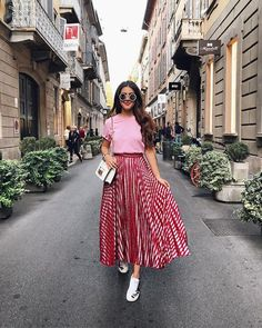 Striped Skirt: 20 ideas on how to include this piece in your look - Fashion Trends Modest Fashion, Skirt Fashion, Fashion Dresses, Lolita Fashion, Trend Fashion, Look Fashion, Classy Fashion, Fashion Boots, Retro Fashion