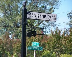 Is this the way to elvis Elvis Presley House, Graceland Elvis, Elvis Presley Family, Elvis Memorabilia, Burning Love, Lisa Marie Presley, Memphis Tennessee, Star Pictures, Street Signs