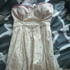 AE worn once floral dress! Only worn once, love this dress!can be worn strapless  (shown in picture) or you can tie the strings around to make a halter style. Top is padded American Eagle Outfitters Dresses Strapless