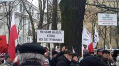 Manifestacja opozycji przed Trybunałem. Żegnają Rzeplińskiego. Potem protestujący przejdą przed Sejm [NA ŻYWO]