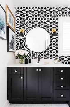 Lift your powder room or loo with a fresh and unfailingly cheerful bathroom wallpaper. Browse these stunning bathroom wallpaper ideas. Black And White Interior, White Interior Design, Black And White Wallpaper, White House Interior, Bad Inspiration, Bathroom Inspiration, Interior Inspiration, Black White Bathrooms, Bathroom Black