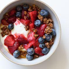 Roasted Strawberry Yogurt Bowls with Chocolate-Coconut Granola . Granola strawberry yogurt w granola Yogurt Breakfast, Breakfast Bowls, Breakfast Recipes, Breakfast Ideas, Think Food, Love Food, Yogurt Bowl, Greek Yogurt, Frozen Yogurt