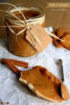 Voici la recette de la pâte aux spéculoos maison, prête en 5 minutes et beaucoup plus saine que celle du commerce ! Cette pâte peut servir de pâte à tartiner mais aussi dans de nombreuses préparations gourmandes ;)