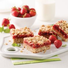 Ces carrés fraises-bananes sans arachides sont la collation idéale à glisser . These peanut-free strawberry-banana squares are the perfect snack to slip into the kids 'lunch box . Banana Snacks, Strawberry Banana, School Snacks, Food Truck, Food Photo, Kids Meals, Sweet Recipes, Healthy Snacks, Food And Drink