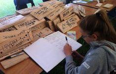 """Das Unterzeichnen von """"Schenkungsaktien"""" um Mittel für ein neues Gebäude an Weald und Downland Museum Sussex England aufzubringen"""