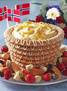 Kransekake con helado y frutilla