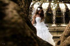 Paseando de novia por Madrid de Gran Vía a Savatini... un parque, sombra y un ratito para descansar, agua un respiro, y salió la foto que nadie esperaba es un momento, nadie posa, nadie se mueve, pero sale la magia.