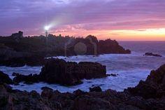 paysage de l'île d'Ouessant belle au coucher du soleil avec le phare allumé Creach, Bretagne, France Banque d'images