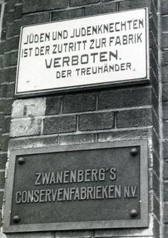 Op dit bord van de fabriek staat:  Voor joden en hun knechten is het hier verboden.  Veel joden werden tijdens de tweede wereldoorlog ontslagen. Ze mochten van de Duitsers niet meer werken.