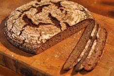 Für Sauerteig braucht man nicht viele Zutaten, dafür aber Zeit. Auf unserer Website findet ihr eine Anleitung. Bread, Food, Food Food, Bakken, Recipes, Eten, Bakeries, Meals, Breads