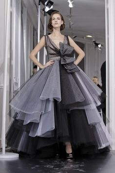 Here are some dresses that caught our attention from Christian Dior Spring/Summer 2012 Couture show. Bill Gayten's second couture collection for Dior Christian Dior Couture, Haute Couture Fashion, Grey Evening Dresses, Evening Gowns, Vogue Fashion, Runway Fashion, Catwalk Design, Vintage Fashion 1950s, Vintage Hats
