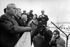 """""""Willy Brandt, Regierender Bürgermeister von Berlin (2.v.l.), mit Harold Wilson, britischer Premierminister (l.), und Michael Stewart, britischer Außenminister (3.v.l.), an der Berliner Mauer"""", 6. März 1965."""