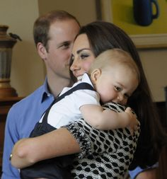 Auf seiner ersten Neuseeland-Reise kuschelt er sich fest an Mama Kate.
