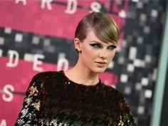 Se podría decir que Taylor Swift es una bebé Oprah, y el escenario es su versión del sillón de Winfrey. Por mucho es la estrella pop más importante de la actualidad, y ahora su poder ha llegado a alturas aún mayores y salido del ámbito musical gracias a su superexitosa gira llena de invitados […]