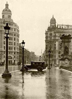 Plaça Catalunya el 1932. Barcelona http://www.viajarabarcelona.org/lugares-para-visitar-en-barcelona/placa-catalunya/ #Barcelona #BarcelonaAntigua