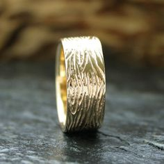 Mens Rustic Wood Grain Wedding Band In Yellow Gold