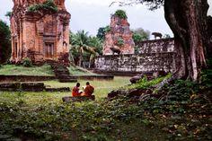 Leitura nos jardins do Templo Bakong, em Roluos, Cambodia.  Fotografia: Steve McCurry.