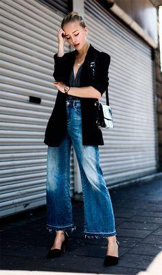 Street style look com blazer preto e calça jeans.