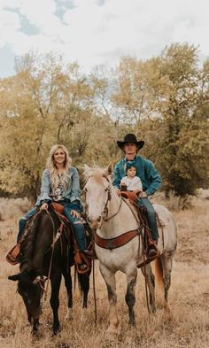 Rodeo Star Ryder Wright And Wife Cheyenne Wow In This Photoshoot By Maddy Beins Photography - COWGIRL Magazine Maddy recently photographed one of rodeo's favorite couples, Ryder Wright, the 2017 World Champion Bronc Rider, and his wife Cheyenne. Country Family Photos, Cute Country Couples, Country Couple Pictures, Cute Couple Pictures, Cute Couples Goals, Cowboy Family Pictures, Western Baby Pictures, Couple Goals, Cowboy Images