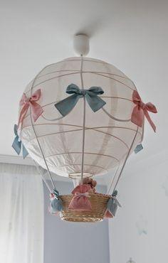 Hoy os enseño la lámpara  de la habitación de Noa. En esa habitación tenía un globo de papel  de los del ikea y con una cestita , unas cuer...