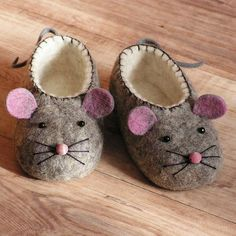 Cute little felt mouse slippers. You are going to love these adorable Felt Baby Shoes and we have a very easy video tutorial that shows you how. Get your PDF Pattern too. Please mom pleeease Felt baby shoes for a boy or girl - adorable mouse with pink ear Baby Uggs, Baby Boots, Ugg Boots, Kids Boots, Baby Slippers, Crochet Slippers, Felted Slippers Pattern, Slipper Socks, Baby Sewing