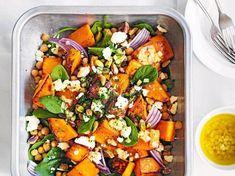 Unser beliebtes Rezept für Ofenkürbis-Spinat-Salat mit Ziegenkäse und mehr als 55.000 weitere kostenlose Rezepte auf LECKER.de.