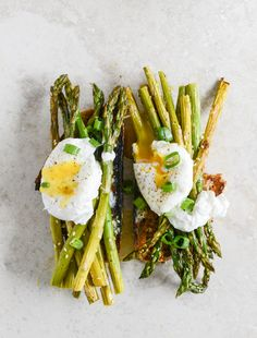 Roasted Sesame Asparagus Toasts with Poached Eggs I howsweeteats.com