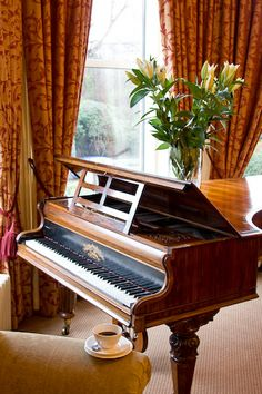 Love the black/gold name-plates on a wooden piano! Or is this one a harpsichord/clavi?