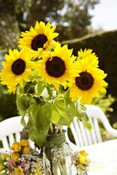Gorgeous Sunflower Centerpiece for Fall #fall #sunflowers #centerpiece #flowers