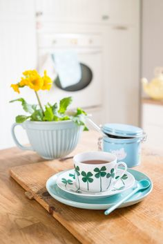 Minty House Photo, House of Rym, green love, spring flowers, minty kitchen