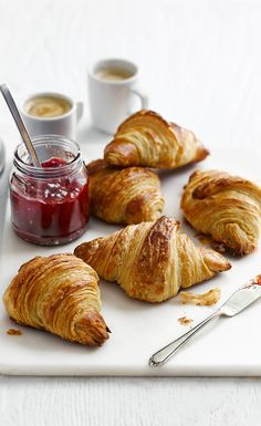 Nothing beats a warm and freshly baked croissant smothered with butter and jam. Try our recipe for the ultimate breakfast in bed. Breakfast Photography, Food Photography, Bake Croissants, Café Chocolate, Food Styling, Food Processor Recipes, Food And Drink, Yummy Food, Freshly Baked