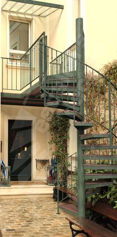 ESCALIERS DÉCORS® Photo DH107 - SPIR'DÉCO® Standing. Escalier extérieur en colimaçon avec rampe en fer forgé au look rétro. Marches en tôle pliée + plateau ...