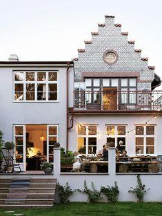 """Huset byggdes 1908 av Malmös brandchef och ber knappast om ursäkt för sig – barnen i kvarteret kallar det för """"spökhuset"""". Taket har lagts om, men med de otvättade pannorna i behåll. Exteriören återställdes till original med hjälp av en specialist från Ungern. Terrassen har murats upp och dörrarna in till köket byggts till – fönstren fick flytta en trappa upp."""