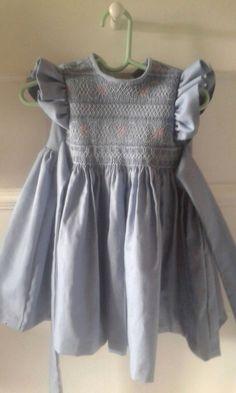 Vestido de algodon azul. Bordado en blanco y rosado Alumna julio 2016