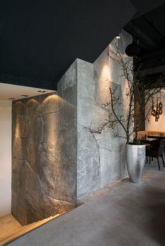 Auch bei der Treppe, die zum Weinkeller runter füht, wurde für die Wandverkleidung Hellas Quarzit gwählt.