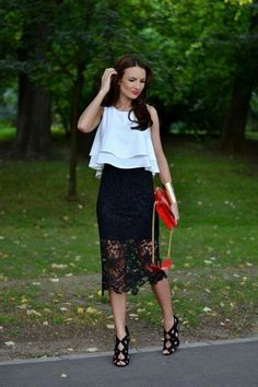 Falda lápiz negra de encaje, bolso rojo, blusa blanca.