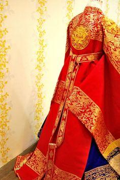 한복 hanbok, Here for a royal queen. Red silk and gold thread embroidery.
