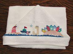 Toalha de banho com capuz e fralda interna, em atoalhado 100% algodão baby Dohler. <br> <br>Bordada manualmente em ponto de cruz. <br> <br>*Monte seu kit com a toalha fralda e fraldas de boca.