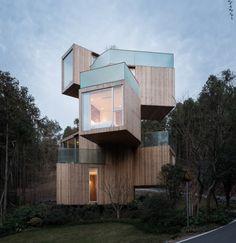 Qiyunshan Tree House ontworpen door Bengo Studio is gevestigd in het Chinese Huangshan. Bij het beklimmen van de centrale wenteltrap passeert men bij iedere halve verdieping een kamer van het huis. Tegelijkertijd ervaar je de omgeving in 360 graden door bij iedere kamer weer een ander uitzicht te hebben.
