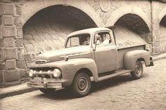Uma linda foto na antiga Rua Vergueiro em São Paulo/SP em 1967 com os arcos que não mais existem por conta da Linha Azul do Metrô.  (Foto Rui - Familia Pastor) - (Foto e texto Internet carrosantigos.wordpress.com).