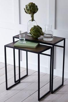 2-osainen sarjapöytä metallia, jossa patinoitu pinta. Pieni pöytä: 43x25 cm. Korkeus 51 cm. Iso pöytä: 55x27 cm. Korkeus 55 cm. Toimitetaan koottuna. <br><br>