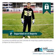 Si practicas fútbol y eres portero es preferible que lleves camiseta de manga larga y guantes de portero para protegerte de las manos al parar los tiros.