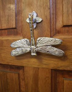 i love dragonflies this door knocker is so beautiful Door Knobs And Knockers, Knobs And Handles, Door Handles, Cool Doors, Unique Doors, Door Detail, Dragonfly Art, Door Furniture, Polished Brass