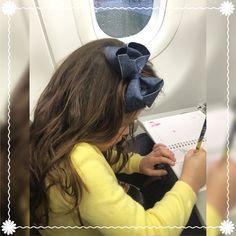 Lulu entra no avião e já começa a se divertir! Livro de pintura, laço jeans e sentadinha na janela!  #lululaços #lulukids #férias #viagem #avião #luluinspiração #laços #laçoslindos #laçosdecabelo #enfeitesdecabelo #instafashion #jeansfeelings #acessóriosdecabelo #primavera #feitoamao #hairbow #handmade #hairaccessory #fashion #coisasdemulher #namoda #maedemenina