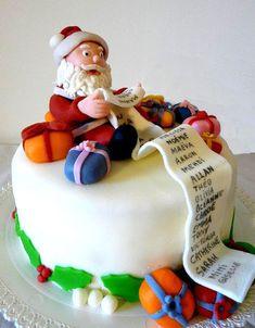 Un gâteau de Noël. Idée en plus : mettre le nom des invités sur la liste du Père Noël ! Un décor réalisé en pâte à sucre.