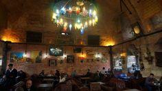 Un caffè in una sinagoga  La bellissima sinagoga Esgher (Ezger) fu costruita all'inizio del XIX secolo e dismessa negli anni Quaranta del secolo scorso. Ceduta a privati, divenne in seguito un magazzino di catrame, una fonderia, un deposito di aceto e una bottega di ceramica. Sottoposta a un minuzioso restauro, la sinagoga riaprì nel 2003 come Café Restaurant Safiye Sultan. Per rispetto al carattere sacro dell'edificio originale non si servono alcolici. Il locale è curiosamente dedica...