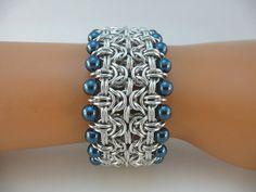 Bracelet manchette byzantine avec perles de verre bleu, Chainmaille bracelet, Chainmail bracelet, cotte de mailles bracelet, bracelet maille chaine