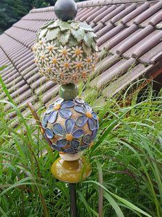 Garden Totems, Garden Sculpture, Ceramic Pottery, Pottery Art, Slab Ceramics, Pottery Handbuilding, Seed Pods, Clay Projects, Yard Art